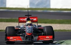 <p>Piloto britânico Lewis Hamilton com sua McLaren durante treinos na terça-feira, na Espanha. Nesta quarta-feira, seu colega de equipe, o finlandês Heikki Kovalainen fez o melhor tempo da equipe na etapa de testes pré-temporada da Fórmula 1. REUTERS/Marcelo del Pozo</p>
