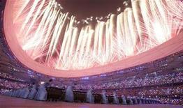 <p>Imagen de archivo de fuegos artificiales durante la ceremonia de apertura de los Juegos Olímpicos de Pekín 2008, mientras personas tocan tambores, 8 ago 2008. La subasta de 1.500 tambores y 978 rollos de bambú usados en la ceremonia de apertura de los Juegos Olímpicos de Pekín el año pasado recaudó 119 millones de yuanes (17,42 millones de dólares), informaron el jueves medios locales. REUTERS/Aly Song (CHINA)</p>