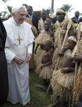 <p>Il Papa con i Pigmei che gli hanno regalato la tartaruga. QUALITY FROM SOURCE. REUTERS/Osservatore Romano/Pool (CAMEROON RELIGION)</p>