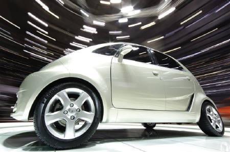 3月18日、間もなく発売されるタタ社の超低価格小型車「ナノ」だが大きな負担がのしかかっているとの指摘も。写真はジュネーブ自動車ショーでのナノ。3日撮影(2009年 ロイター/Valentin Flauraud)