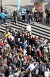 <p>A l'occasion de la Journée mondiale de l'eau sous l'égide de l'Unicef, sept-cent-cinquante-six bénévoles ont établi dimanche dans le centre de Bruxelles le record du monde de la plus longue file d'attente aux toilettes. /Photo prise le 22 mars 2009/REUTERS/Sebastien Pirlet</p>