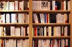 """<p>Foto de archivo de diversos libros en la Feria del Libro de París, 14 mar 2008. El escritor nacido en Argentina Andrés Neuman ganó el lunes el Premio Alfaguara 2009 con su novela """"El viajero del siglo"""", presentada con seudónimo, informó la editorial Alfaguara. REUTERS/Charles Platiau</p>"""