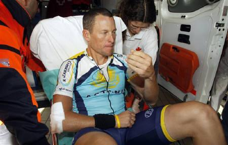 Lance Armstrong of the U.S. is taken out from an ambulance as he arrives at Hospital Clinico in Valladolid, central Spain March 23, 2009. It is too early to predict the financial implications if Armstrong is forced to pull out of the Giro d'Italia, Italy's cycling federation president said on Tuesday. REUTERS/Rafa Gomez-Ciclismo a Fondo
