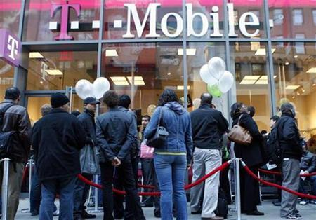 People wait in line outside a T-Mobile store in New York City, October 22, 2008. REUTERS/Mike Segar