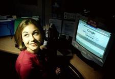 <p>Una ragazza al computer. REUTERS</p>