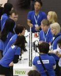 <p>Empleados de Nokia trabajan durante un evento en Barcelona, 19 feb 2009. Nokia, el principal fabricante de teléfonos móviles del mundo, dejó de usar personal subcontratado en el ensamblaje de sus aparatos ante la inconstante demanda de móviles, dijo el jueves una portavoz de la compañía. REUTERS/Gustau Nacarino</p>
