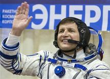 <p>O empresário norte-americano Charles Simonyi acena para a sua esposa no cosmódromo de Baikonur. 26/03/2009. REUTERS/Shamil Zhumatov</p>