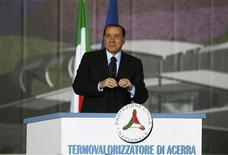 """<p>El primer ministro de Italia, Silvio Berlusconi, habla en una conferencia de prensa en Acerra, 26 mar 2009. Berlusconi, criticado el año pasado por describir al presidente estadounidense, Barack Obama, como """"bronceado"""", respondió el jueves a una comparación sobre sus estilos de liderazgo diciendo: """"Soy más pálido"""". REUTERS/Ciro De Luca</p>"""