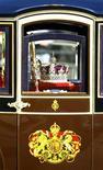 <p>La Corona Imperial del Estado es trasladada en una carruaje desde el Palacio Buckingham hasta el palacio de Westminster en Londres, 6 nov 2007. Reino Unido podría poner fin a siglos de discriminación y reformar una ley vigente desde hace 300 años que impide a los monarcas casarse con un católico y da prioridad a los herederos varones en la sucesión al trono, dijo el viernes el Gobierno. REUTERS/Dylan Martinez/Archivo</p>