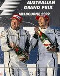 <p>Pilotos da Brawn GP Jenson Button e Rubens Barrichello comemorando o primeiro e o segundo lugar respectivamente no Grande Prêmio de F1 da Austrália, em Melbourne.REUTERS/Mick Tsikas</p>