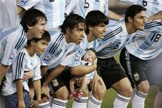 <p>Os atacantes da seleção argentina Lionel Messi, Carlos Tevez e Sergio Aguero posando para foto com o time em Buenos Aires antes da partida classificatória para a Copa do Mundo 2010 contra a Venezuela. REUTERS/Martin Acosta</p>