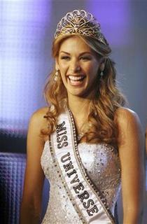 Miss Universe 2008 Dayana Mendoza smiles during the Miss Venezuela 2008 beauty pageant in Caracas September 10, 2008. REUTERS/Susana Gonzalez