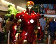 """<p>Foto de archivo de un traje de Iron Man en el puesto de la compañía de historietas Marvel durante la convención del medio realizada en San Diego, EEUU, 24 jul 2008. La taquilla cinematográfica mundial se elevó un 5 por ciento el 2008 para alcanzar una suma récord en venta de entradas de 28.100 millones de dólares, mientras los espectadores buscaban escapar de la recesión con el triunfo de superhéroes en cintas como """"The Dark Knight"""" y """"Iron Man"""". REUTERS/Mike Blake</p>"""