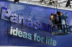 <p>Toshiba rachète les parts de Panasonic dans leur coentreprise d'écrans à cristaux liquides (LCD) pour deux milliards de yens (20,3 millions de dollars) environ. /Photo prise le 1er mars 2009/REUTERS/Hannibal Hanschke</p>