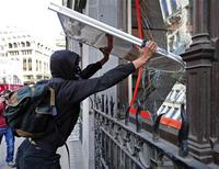 <p>A demonstrator uses a piece of advertising hoarding to break a window of a bank in London April 1, 2009. Demonstrators clashed with riot police and smashed bank windows in Britain's financial centre on Wednesday ahead of a G20 meeting in protest against a system they said had robbed the poor to benefit the rich. REUTERS/Dylan Martinez</p>