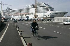 <p>G8 della Maddalena, i leader del mondo rischiano lunghe code. REUTERS/Daniel Joubert</p>
