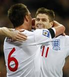<p>Capitão inglês John Terry comemora gol marcado contra a Ucrânia com Steven Gerrard, em Londres. A Inglaterra venceu por 2 x 1. 01/04/2009. REUTERS/ Eddie Keogh</p>