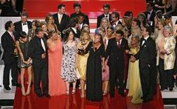 """<p>Foto de archivo del elenco de """"Guiding Light"""" durante la entrega de los premios Emmy en Hollywood, 15 jun 2007. La telenovela de mayor duración a nivel mundial, """"Guiding Light"""", transmitirá su último episodio por la cadena CBS en septiembre, debido a su baja audiencia, culminando con 72 años de vida que empezaron en la radio, informó el miércoles CBS Corp. REUTERS/Mario Anzuoni</p>"""