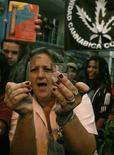 <p>Una manifestazione a favore della liberalizzazione della cannabis. REUTERS/Albeiro Lopera</p>