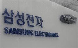 <p>Samsung Electronics a dévoilé un appareil mobile utilisant la technologie sans fil WiMax pour se connecter à internet, qui sera distribué au deuxième trimestre aux Etats-Unis par l'opérateur Clearwire. /Photo prise le 13 mars 2009/REUTERS/Lee Jae-Won</p>