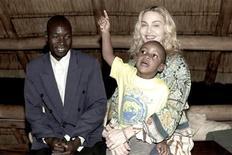 <p>La pop star Madonna con il figlio adottivo David Banda in visita in Malawi. REUTERS/Tom Munro/Warner Brothers Records/Handout</p>