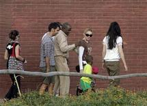 <p>La cantante Madonna camina alrededor de una escuela patrocinada por ella con su hijo David, en Namitete, 30 mar 2009. El Gobierno de Malaui respalda el intento de la cantante estadounidense Madonna de adoptar un segundo niño en el país africano, dijo la ministra de Información el jueves, una posición que probablemente molestará a grupos de derechos civiles que se oponen a esa adopción. REUTERS/Antony Njuguna</p>