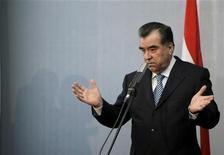 <p>Президент Таджикистана Эмомали Рахмон на пресс-конференции в Риге 9 февраля 2009 года. Таджикистан расторг соглашение о ретрансляции передач российского государственного телеканала, обвинив Москву в отказе заплатить долг в $209.000, и пообещал передать освободившиеся частоты собственной телекомпании. REUTERS/Ints Kalnins</p>