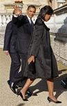 <p>Presidente Barack Obama e a primeira-dama Michelle Obama chegam ao Palácio de Buckingham para encontro com a rainha Elizabeth, em Londres. 01/04/2099. REUTERS/Jim Young</p>