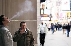 <p>Due impiegati fumano a Times Square fuori dal loro ufficio REUTERS/Lucas Jackson</p>