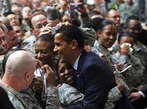 <p>Президент США Барак Обама общается с американскими военнослужащими на базе Кэмп Виктори в Багдаде 7 апреля 2009 года. Президент США Барак Обама посетил во вторник вечером Ирак с незапланированным визитом, в ходе которого встретился с американскими военными и лидерами страны. REUTERS/Jim Young</p>
