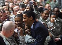 <p>Presidente dos Estados Unidos, Barack Obama, cumprimenta as tropas no Campo Vitória em Bagdá. 07/04/2009. REUTERS/Jim Young</p>