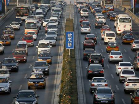 4月9日、中国汽車工業協会が発表した3月の中国自動車販売は過去最高の110万台。写真は北京の幹線道路。昨年11月(2009年 ロイター/David Gray)