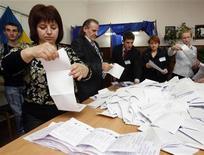 <p>Члены избирательной комиссии ведут подсчет голосов на выборах в парламент Молдавии в Кишиневе 5 апреля 2009 года. Центральная избирательная комиссия Молдавии разрешила оппозиции проверить списки избирателей по итогам воскресных выборов, обернувшихся беспорядками и кровопролитием. REUTERS/ Gleb Garanich</p>