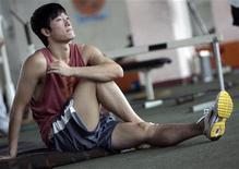 <p>Il campione cinese Liu Xiang durante gli allenamenti a Shanghai. REUTERS/Stringer (CHINA)</p>