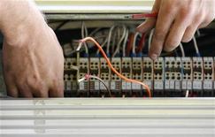 <p>Un tecnico lavora su una rete telfonica. REUTERS/Daniel Munoz</p>