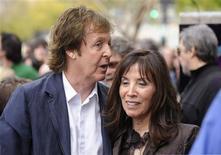 <p>Paul McCartney com Olivia Harrison na cerimônia em que George Harrison é homenageado em Los Angeles. 14/04/2009. REUTERS/Phil McCarten</p>