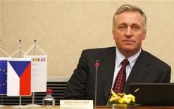 <p>Премьер-министр Чехии Мирек Тополанек на заседании правительства в Праге 26 марта 2009 года. Премьер-министр председательствующей в Евросоюзе Чехии Мирек Тополанек на следующей неделе посетит Молдавию, которая обвиняет в разжигании своего политического кризиса члена ЕС Румынию. REUTERS/Petr Josek</p>