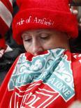 <p>Torcedora do Liverpool na arquibancada do estádio Anfield durante cerimônia para lembrar a morte de 96 torcedores do clube há 20 anos. REUTERS/Phil Noble</p>