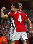 <p>Jogadores do Arsenal comemoram gol na vitória de 3 x 0 sobre o Villarreal em Londres, garantindo vaga nas semifinais da Liga dos Campeões. REUTERS/Eddie Keogh</p>