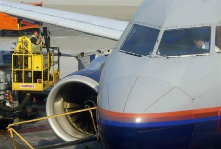 4月15日、米ユナイテッド航空は満席便では肥満の乗客に2席分の料金を請求する方針を明らかに。写真は昨年7月、サンフランシスコの空港で離陸準備中の機体(2009年 ロイター/Mike Blake)