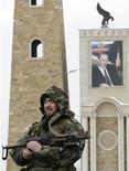 <p>Сотрудник чеченских спецслужб охраняет ворота в столице Чечни Грозном 19 февраля 2008 года. Власти России отменили в Чечне режим контртеррористической операции, сообщил в четверг Национальный антитеррористический комитет (НАК). REUTERS/Denis Sinyakov</p>