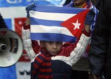 """<p>Мальчик держит в руках флаг Кубы на демонстрации в Мадриде 31 января 2009 года. Куба открыта для переговоров с США по """"всем вопросам"""", в том числе, о политзаключенных, заявил в четверг президент Кубы Рауль Кастро. REUTERS/Andrea Comas</p>"""