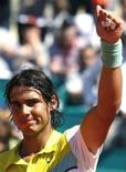 <p>Tenista espanhol Rafael Nadal comemora após derrotar o equatoriano Nicolas Lapenti. Nadal avançou à semifinal do Masters de Monte Carlo nesta sexta-feira. REUTERS/Eric Gaillard</p>