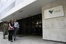 <p>People walk the Brazilian mining company Vale's building in Rio de Janeiro, February 12, 2008. REUTERS/Sergio Moraes</p>