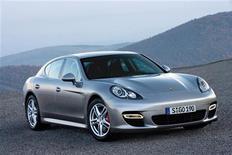 """<p>Фотография седана Porsche Panamera, распространенная 24 ноября 2008 года. Производитель автомобилей класса """"люкс"""" Porsche анонсировал на выходных новый седан Panamera, пытаясь привлечь в период рецессии новых покупателей. REUTERS/Porsche/Handout</p>"""