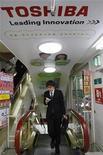 <p>Publicidad de Toshiba Corp en una tienda electrónica en Tokio, 13 ene 2009. Las acciones de Toshiba Corp cayeron un 6 por ciento el lunes por versiones de prensa que indicaron que la firma planea recaudar capital fresco por 5.000 millones de dólares para equilibrar su balance, golpeado por las pérdidas en el mercado de chips. REUTERS/Kim Kyung-Hoon/Archivo</p>