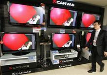 <p>Téléviseurs à écrans plats de LG Electronics dans un magasin de Séoul. Au titre du premier trimestre, le bénéfice d'exploitation du groupe sud-coréen LG Electronics, dont les activités sont particulièrement exposées à la crise économique, ressort en baisse de 25% par rapport à l'année précédente. Ce résultat est toutefois largement meilleur que prévu. /Photo prise le 9 janvier 2009/REUTERS/Lee Jae-Won</p>