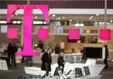 <p>Deutsche Telekom a révisé à la baisse ses prévisions pour 2009, anticipant des marchés globalement anémiques et de surcroît une concurrence féroce sur les plus importants. /Photo d'archives/REUTERS/Hannibal Hanschke</p>