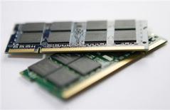 <p>Elpida, troisième fabricant mondial de mémoires DRAM (Dynamic random access memory), va augmenter de près de 50% le prix de ses puces le mois prochain, à 1,50 dollar par gigabit, un signe positif bienvenu dans un secteur touché par de fortes surcapacités et une faible demande. /Photo prise le 5 mars 2009/REUTERS/Nicky Loh</p>