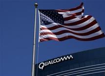 <p>Le groupe américain de semi-conducteurs Qualcomm annonce le report de la publication de ses résultats trimestriels en arguant de la poursuite des discussions en vue d'un règlement amiable d'un différend avec Broadcom. /Photo prise le 22 juillet 2008/REUTERS/Mike Blake</p>